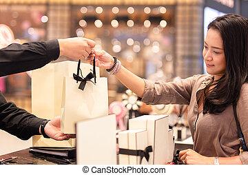 店, ∥手渡す∥, 買い物, 助手, 袋, 女性, customer.