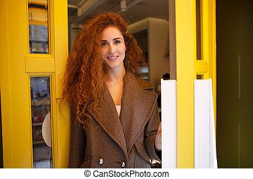 店, 歩くこと, 女, コーヒー, 若い, 最新流行である, から
