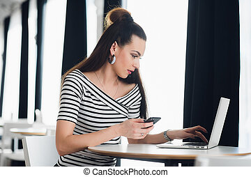 店, 美しい, ポータブル, ラップトップ, 現代, 電話, コンピュータ, の間, 女の子, net-book., 若い, 細胞, 情報通, 内部, 保有物, コーカサス人, コーヒー, 女性の モデル, 魅了, 電話, 使うこと, モビール, 仕事, 間