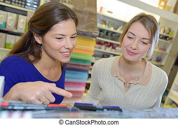 店, 2人の女性たち