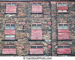 建物, ∥あるいは∥, 古い, 捨てられた, 外気に当って変化した, ペイントされた, コマーシャル, 工場, の上, 窓, 壁, 浮浪者, 乗り込まれた, れんが, 赤