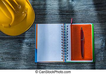 建物, ヘルメット, 木製である, メモ用紙, らせん状に動きなさい, ペン, 板