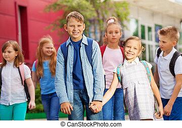 建物, 学校の 子供, グループ, リュックサック