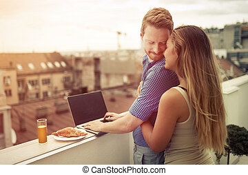 建物, 恋人, 上, 抱き合う, 屋外で