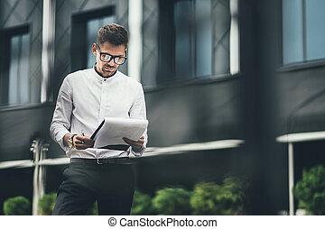 建物, 文書, オフィス, 若い, 読む, 通り, ビジネスマン, ガラス