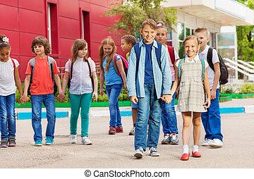 建物, 朗らかである, 学校の 子供, リュックサック