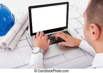 建築家, ラップトップを使用して, 中に, オフィス