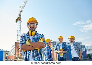 建築者, hardhats, 微笑, グループ, 屋外で
