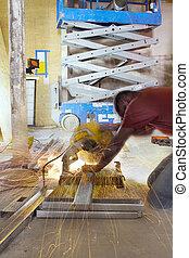 建设工人, 切割, 金属, 大头钉, 带, 桌子看见