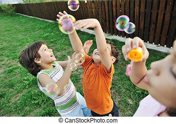 开心, 孩子玩, 带, 气泡, 户外, 选择性的焦点, -, 在运动中的孩子