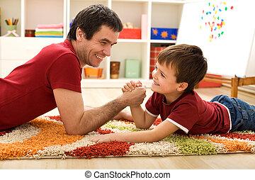 开心, 孩子, 同时,, 他的, 父亲, 胳臂摔跤