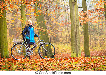 开心, 活跃, 妇女, 摆脱自行车, 在中, 秋季, park.