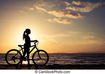 开心, 青少年女孩, 走, 在海滩上