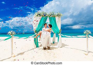 式, 花弁, 浜。, blue., 花嫁, バラ, concept., 新婚旅行, 花婿, トロピカル, above., アーチ, 秋, 下に, 結婚式, 花, 浜, 飾られる, 砂, 幸せ