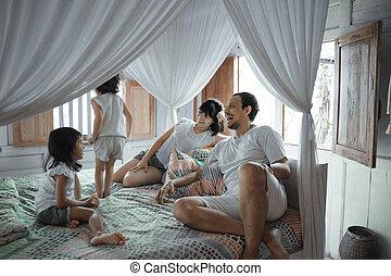 弛緩, ベッド, 幸せな家族, アジア人, 娘, 子供