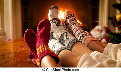 強くされた, 家族, イメージ, 炉辺, ソックス, イブ, 編まれる, クローズアップ, クリスマス, 暖まること