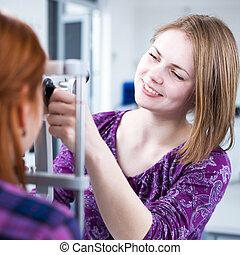 強くされた, optometry, 概念, 目, 彼女, 医者, -, 若い女性, 検査される, かなり, image...