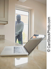 強盗, ∥見る∥, ラップトップ, によって, ∥, 窓