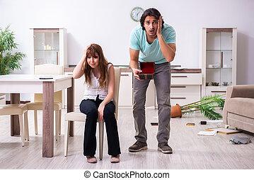 強盗, robbed, 恋人, 若い, 後で, 住居侵入, 家, 見いだされた, ∥(彼・それ)ら∥