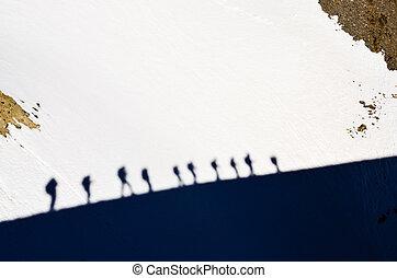 影, の, グループ, の, 山, trekkers, 上に, a, 雪