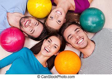 ∥(彼・それ)ら∥, カメラ, 友人, 私達の, 下方に, games., always, ボール, ボウリング, 友情, 朗らかである, あること, 見る, 勝利