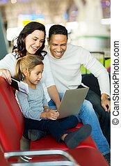 ∥(彼・それ)ら∥, 待つこと, 飛行, 空港, 家族