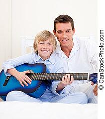 彼の, わずかしか, 父, 男の子, ギターの遊ぶこと, 陽気