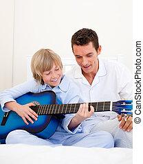 彼の, わずかしか, happyy, 父, 男の子, ギターの遊ぶこと