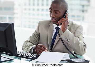 彼の, オフィス, 企業家, 見る, 電話, 間, コンピュータ, 呼出し, 作成, 微笑