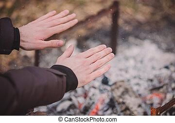 彼の, キャンプファイヤー, 手, 旅行者, outdoors., 暖まること