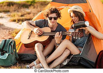 彼の, キャンプ, ギター, ガールフレンド, 肖像画, 遊び, 人