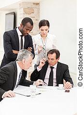 彼の, ビジネス, 考え, 提出すること, チーム, ビジネスマン
