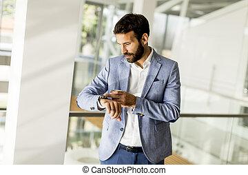 彼の, ビジネス, 腕時計, 若い見ること, 人, ハンサム