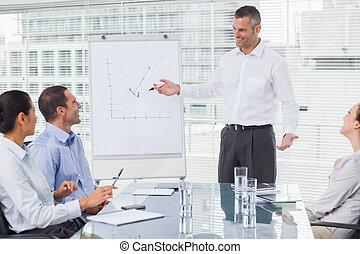 彼の, プレゼンテーション, 同僚, 微笑, 寄付, ビジネスマン