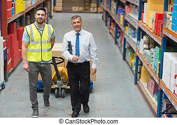彼の, マネージャー, 話し, 労働者, 倉庫