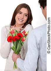 彼の, ロマンチック, 提供, 美人, 若い, 人, 花