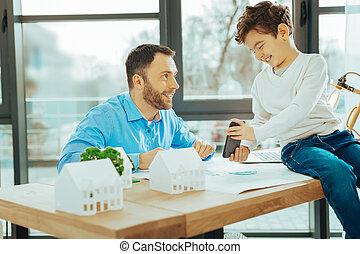 彼の, 仕事, 息子, 見る, 間, smartphone, 微笑の人