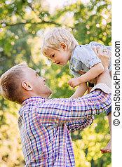 彼の, 公園, 父, 若い, 息子, 微笑, よちよち歩きの子, 持ち上がること
