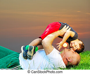 彼の, 卵を生む, 祖父, 微笑, 草, 子供