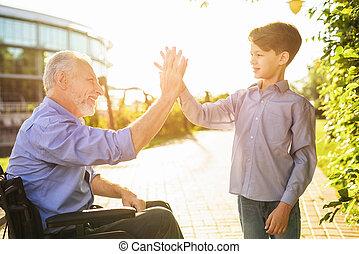 彼の, 古い, 孫, 車椅子, 高く, 出迎える, five., 人