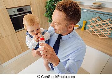 彼の, 娘, すてきである, 寄付, びん, 赤ん坊, 人, ミルク, 幸せ