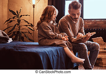 彼の, 娘, モデル, tales, 父, bed., 読む, 間, 彼ら, 妖精, ハンサム