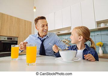 彼の, 娘, 持つこと, 朝食, 人, うれしい, すてきである