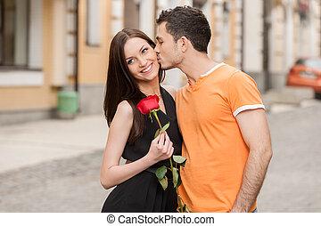 彼の, 恋人, 頬, 若い, 抱き合う, 朗らかである, 間, ガールフレンド, 接吻, kiss., 人