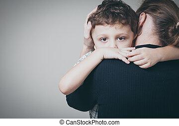 彼の, 悲しい, 母, 抱き合う, 息子