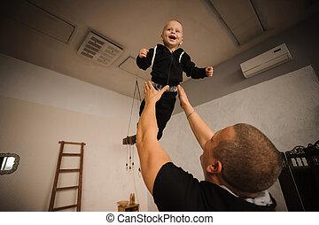 彼の, 投げる, 父, の上, 息子, 空気, 幸せ