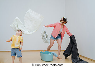 彼の, 投げる, 空気, タオル, 母, 息子, よちよち歩きの子, 幸せ