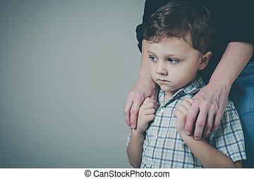 彼の, 抱き合う, 悲しい, 母, 息子, home.