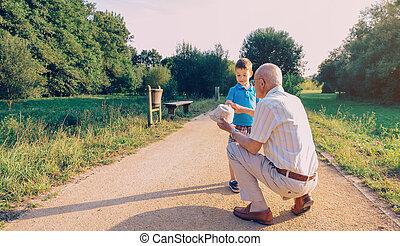 彼の, 提示, 祖父, 孫, 屋外で, 帽子