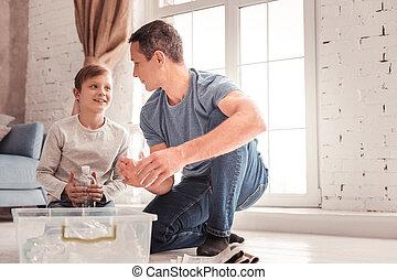 彼の, 父, 息子, 聞くこと, blonde-haired, 注意深く
